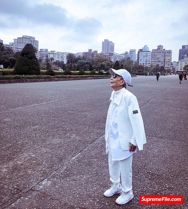 明星鞋头都抢着合影的中国大妈,妥妥的一位 Supreme 女王