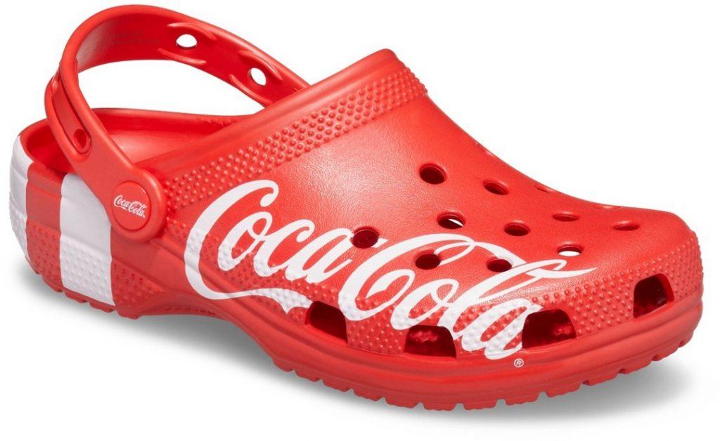 新晋「球鞋女神」周雨彤上脚可口可乐联名Crocs凉鞋